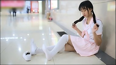 Chinese Loli girl shows feet in railway station