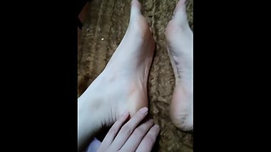 My friend show me her feet.