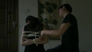 Pretty asian woman does amature bondage